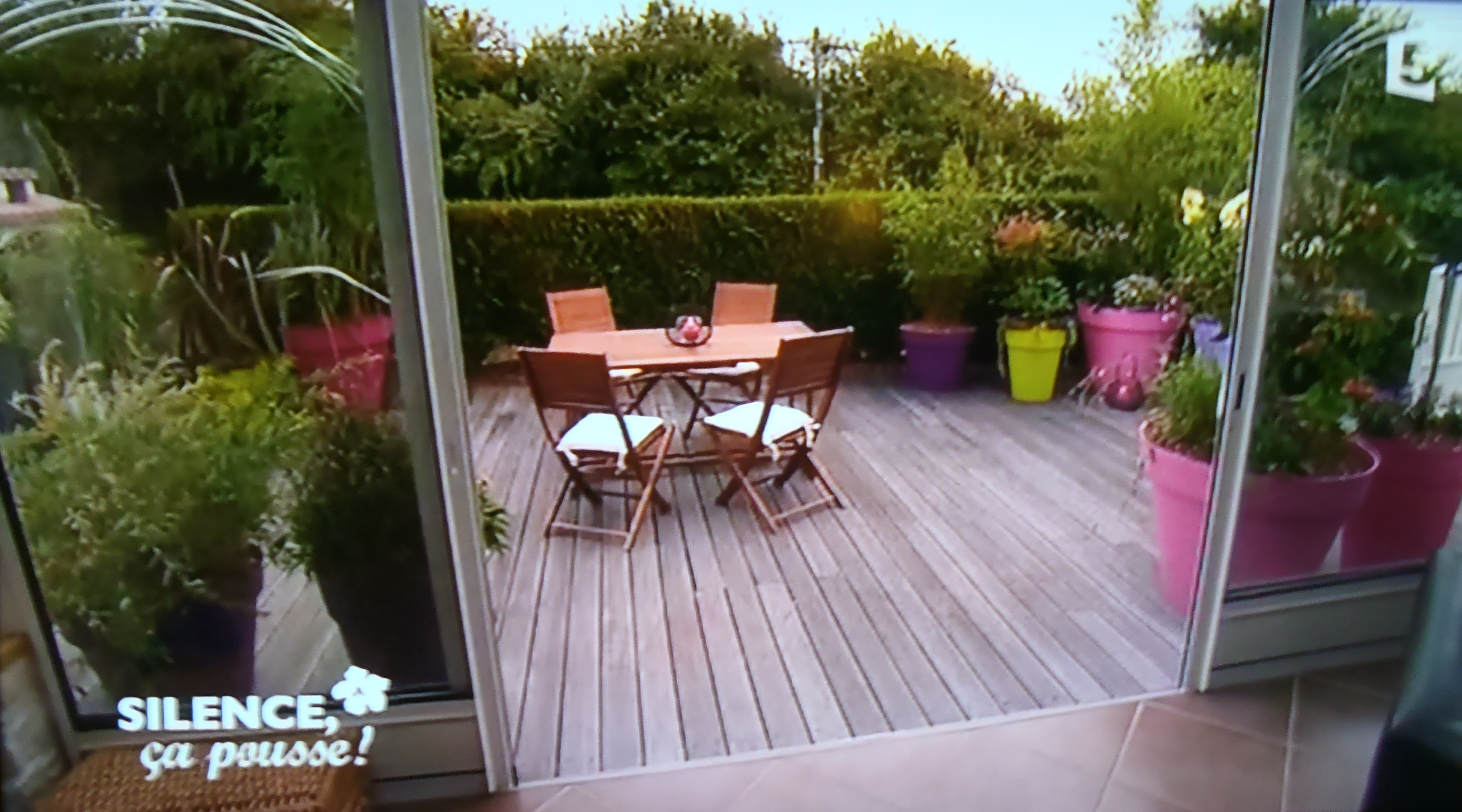 Une terrasse color e et un barbecue ing nieusement cach for Amenagement jardin terrasse