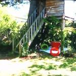 Une cabane perchée fleurie au fond du jardin en pays basque
