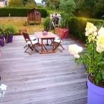 Une terrasse colorée et un barbecue ingénieusement caché par des bambous